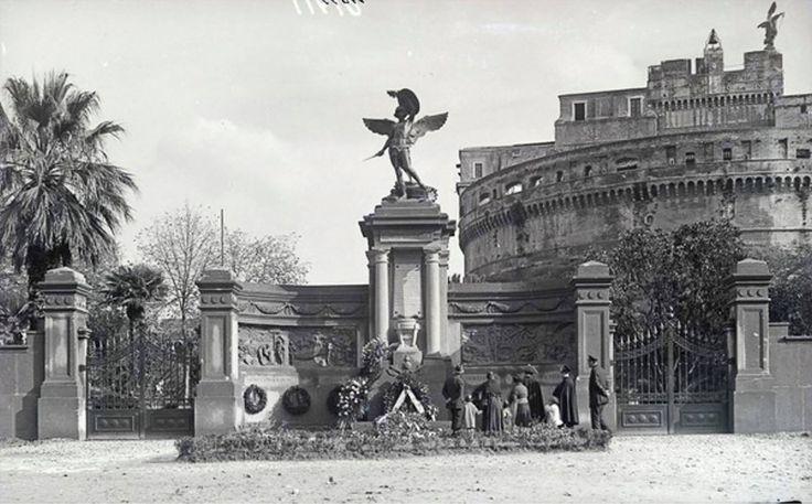 Castel Sant'Angelo (1930 ca) Monumento ai caduti dell'arma del Genio fu inaugurato nel 1925 nei giardini della Mole Adriana. Venne poi nel 1937 smontato e rimontato a Lungotevere della Vittoria vicino al nuovo Museo del Genio.