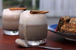 Kaneeldrank, heerlijke romige drank zonder geraffineerde suiker en zuivel. Zeer eenvoudig te maken. Een goede vervanger voor de calorierijke chocolademelk met slagroom
