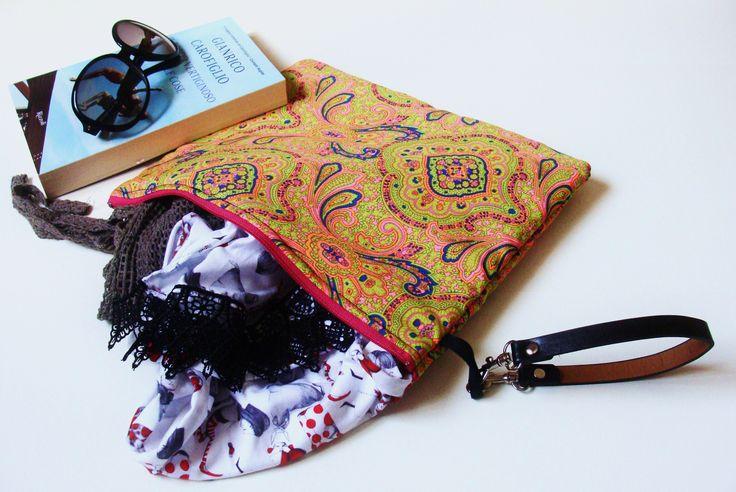 Maxi pochette, tessuto hippie - fantasia indiana - manichetto in ecopelle + cerniera magenta. Ideale per contenere di tutto: dall'agenda, al foulard o un piccolo libro con  gli occhiali da sole.