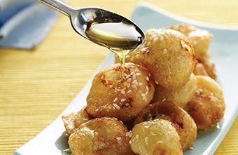 Τυροκροκέτες με ανθότυρο, σουσάμι και μέλι