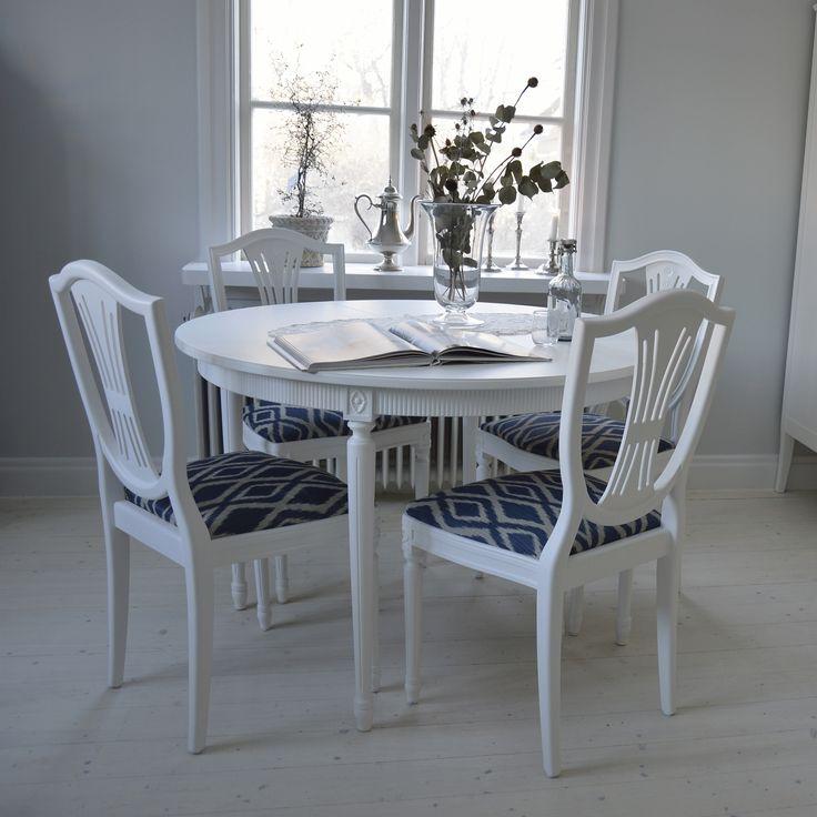 Elegant matgrupp i Gustaviansk stil med 4 stolar