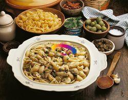 INGREDIENTI PER 4 PERSONE 400 g di pasta corta rigata; 1 scatola di tonno al naturale; 1 pezzetto di peperoncino rosso piccante; 1 cucchiaiata di capperi; 70 g di olive verdi farcite; 2 acciughe sotto sale; vino bianco secco; 1 spicchio di aglio; olio d'oliva; sale; Dissalate e spinate le acciughe, fatele a pezzettini e mettetele in un...
