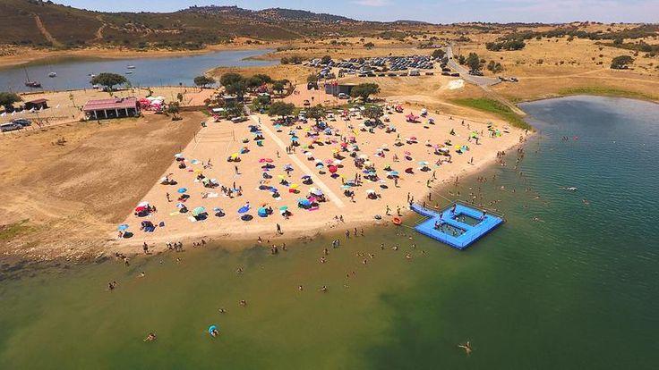 A praia, que abriu ao público no dia 1 de junho, já recebeu mais de 30 mil pessoas. Agora, o município de Reguengos de Monsaraz tomou a decisão de alargar o areal e o estacionamento.