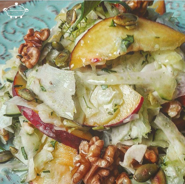 Fresca insalata di finocchi, cetrioli, pesche e noci