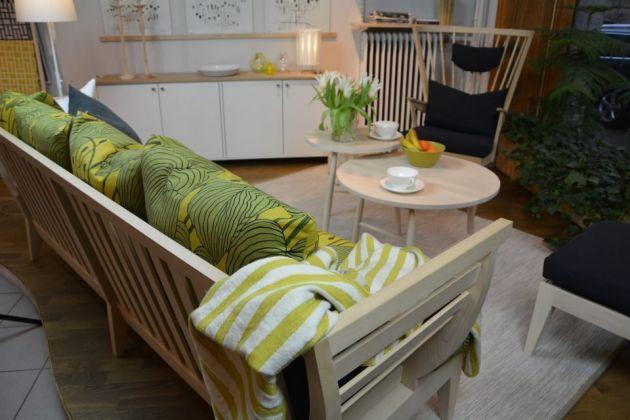 Litet soffbord (50 cm diameter) från Norrgavel. Såpad, vitoljad eller oljad skiva i massiv ek eller björk. Underredet i massiv björk kan man även på i tempera. Pris 3500 (björk) 3900 (ek)