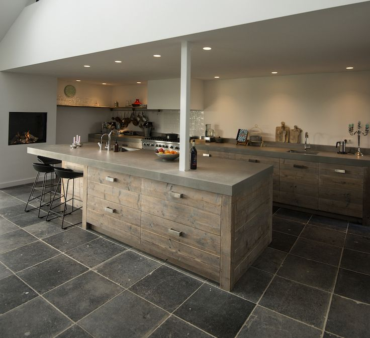 Houten keuken met kookeland en haard. Woonkeuken via RestyleXL #keuken #keukeneiland #houtenkeuken
