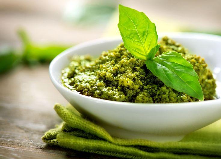 Ароматный и полезный соус песто - к спагетти, в салаты и на бутерброды! Соус можно приготовить из той зелени, которая есть у вас сегодня - экспериментируйте, чтобы понять, какой вариант вам нравится больше. Добавляем порошок келпа - запасаемся минералами!