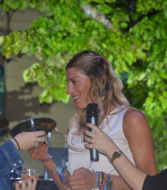 """Gioielli Dop durante la """"Notte bianca dello sport"""" a Camucia in Toscana ha voluto premiare l'eccellenza nello sport ricordando l'importanza del mangiar sano e delle 3B del Made in Italy: il Bello, il Buono e il Ben fatto con un omaggio alla campionessa italiana di Pallavolo Francesca Piccinini. #conleazzurre"""
