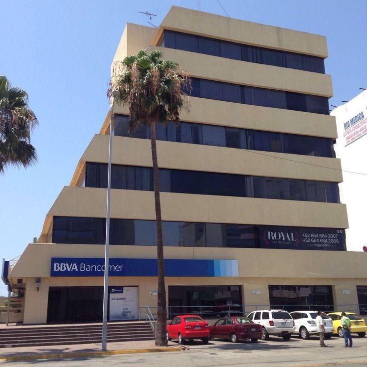 Bonita oficina en renta, se ubica en #zonaRío a un costado del #CECUT. Cuenta con área de recepción amueblada, 3 cubículos, baño con regadera y cocina. Además incluye aire acondicionado, persianas, servicio de luz y cámaras de seguridad.  La oficina se encuentra en el tercer piso del edificio, cuenta con elevador y seguridad las 24 hrs. Precio: USD$ 950 en #renta Mayores informes: 6211113 #Tijuana #BienesRaíces #zuKsa #RentaTijuana #EnBuenasManos