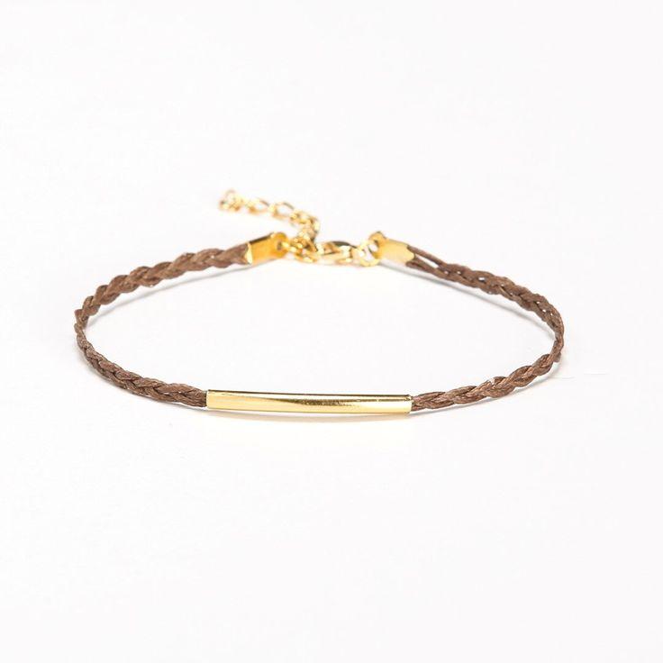 Goudstaaf enkelbandje, armband van gevlochten snoer enkel met een goud vergulde buis, bruine vlecht. gevlochten enkelbandje, minimalistische sieraden, cadeau voor haar, zomer door ShaniAndAdi op Etsy https://www.etsy.com/nl/listing/192232272/goudstaaf-enkelbandje-armband-van