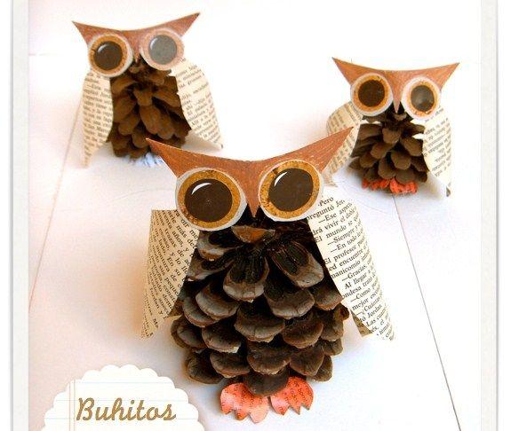 Convertimos las otoñales piñas en divertidos búhos decorativos con ayuda de papel y cartón reciclados