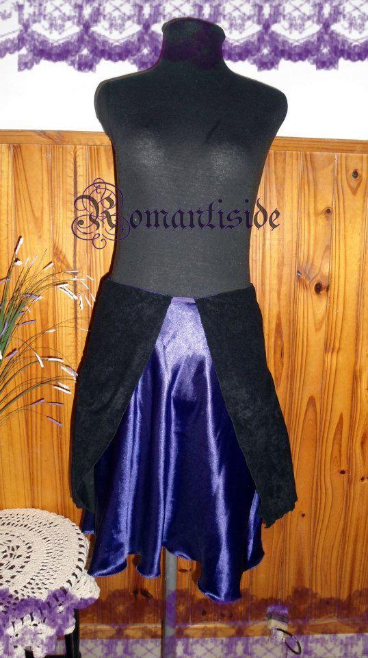 Falda de raso con faldón de gamuza.