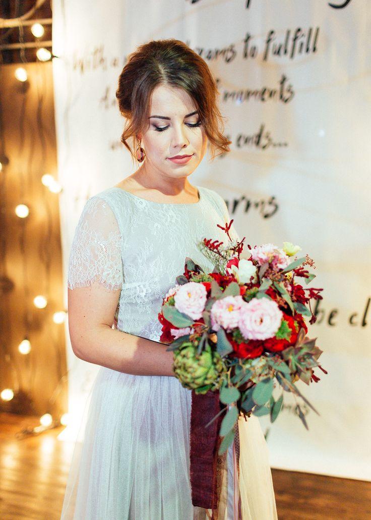 Яркий букет невесты с артишоком и розой red eye