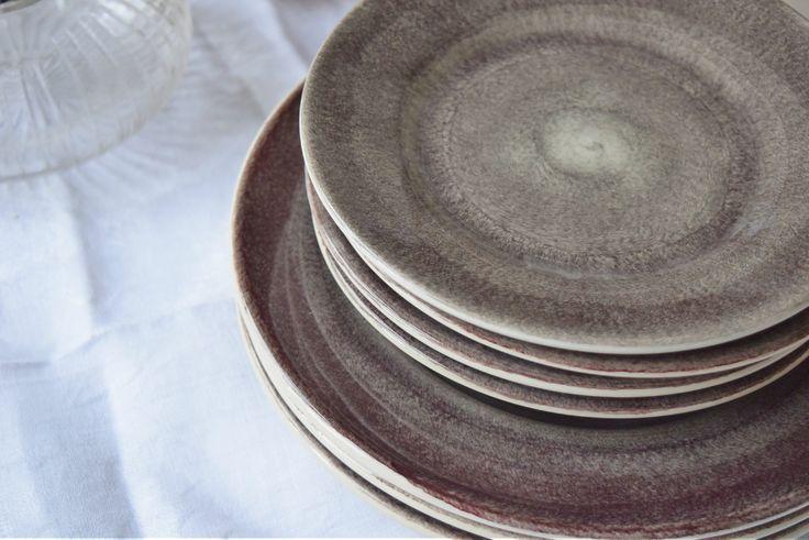 Vor dem Dinner: Mateus Keramik Geschirr: Teller in Pflaumenfarben (Klein & Groß)