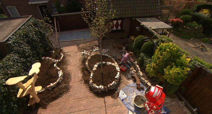 Een verweerde tuinset, een dooie moestuin en nou ja, best veel saaiigheid. Zo is de tuin van Regina en haar zoontjes Job en Cas. Graag zou Regina romantiek en gezelligheid in haar tuin willen. Dit is deel 1 van de metamorfose!