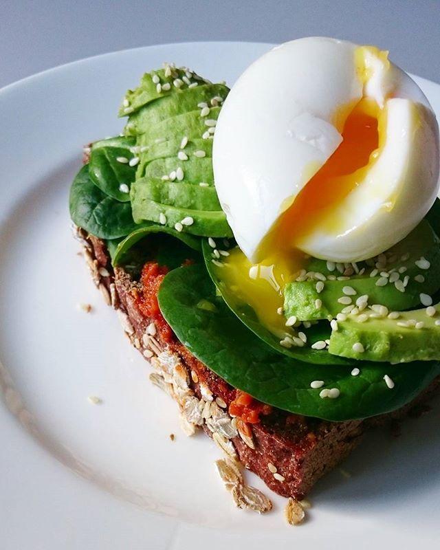 Frokost  Det hér var viirkelig godt! Rugbrød, pesto, spinat, avokado, sesamfrø, et smilende æg og salt   #frokost #avokado #pesto #madglad #avokadomad #avocadosandwich #avocado #sandwich #sundmad #nemmad