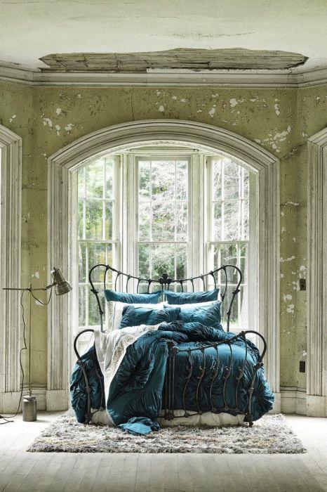 Эта кровать привлекает внимание. Сделана из железа, она выглядит аккуратной и уютной. Постельные принадлежности также придают особый колорит.