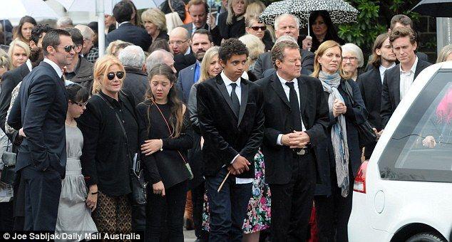 Trauernde säumten die Straße Fay zu ehren und erinnern...