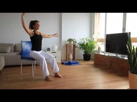 Es sorprendente la cantidad de ejercicios que se pueden realizar con una silla, que colaboran a mejorar los abdominales.Ve a buscar tu silla y con la ayuda de l