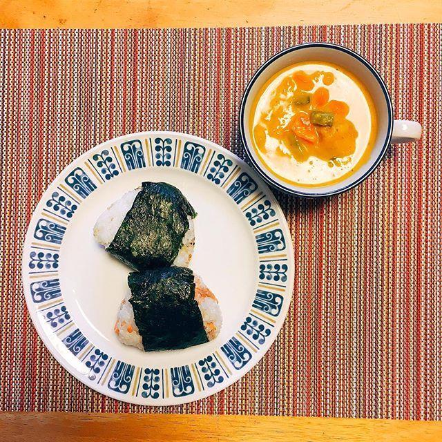 納豆が無ーいっ!(T ^ T) そうか…昨日買い物してなかった… てなワケで、朝ごはんはオニギリになりましたとさ♪ プチプチした食感が好きで、ついついオニギリに胡麻を混ぜてしまう 今日は鮭&胡麻、それから富澤商店のふりかけタイプの雑穀に梅♡ 南瓜と人参、インゲン豆のスープは、南瓜がイイ具合に溶けてトロミを出してくれた〜♫ 煮崩れすると腹がたつのに、スープだと許せる身勝手な私 w (2016.10/15) #OnigiriAction #朝ごはん #breakfast #おうちごはん #vegetables  #カメラ散歩倶楽部 #IGersJP #instafood #pt_food #yummy #yummyfood #foodpic #foodporn  #instadaily #iphoneonly  Yummery - best recipes. Follow Us! #foodporn