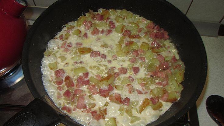 Boczek smażony z ziemniakami, to nic innego niż szwedzka pyttipanna, czyli co popadnie na patelni. Danie wywodzące się z szwedzkiej kuchni domowej.