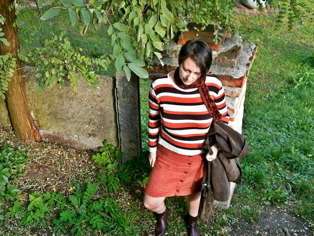 VGRV blog, 70s, striped knitted sweater, button-down skirt, shades of brown, suede trench, nurgundy ankle boots