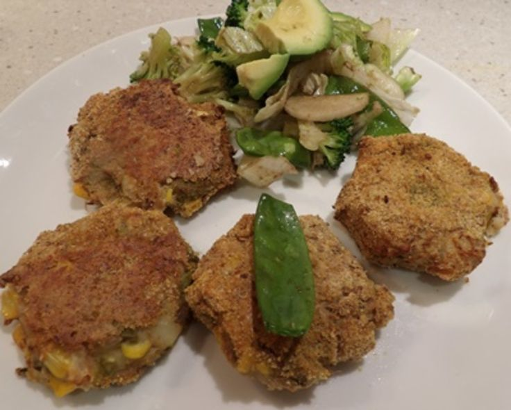 BAKED TUNA, CORN AND ASPARAGUS PATTIES WITH A GREEN SALAD http://recipeyum.com.au/baked-tuna-corn-and-asparagus-patties-with-a-green-salad/