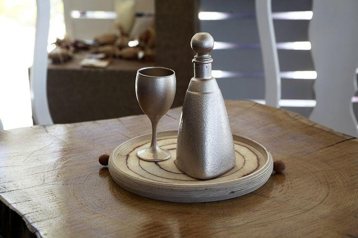 Σετ μπρονζέ καράφα με ποτήρι και ξύλινος δίσκος Atelier Zolotas