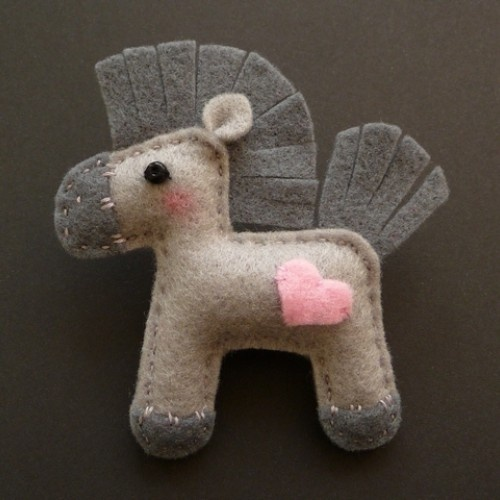 Amor um cavalo, um broche de feltro cinza