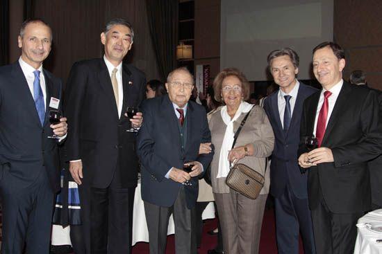 Ali Başman, Yutaka Yokoi, Mehmet Başman, Emel Doğramacı, Radu Onofrei, Jacques Brune / Her yıl Kasım ayının üçüncü perşembesi geleneksel olarak düzenlenen Kavaklıdere bağ bozumu kutlaması, Ankara Hilton Otel'inde gerçekleştirildi. Başman Ailesinin ev sahipliğindeki davete çok sayıda yabancı misyon temsilcisi ve seçkin davetli katıldı. Konuklar, ikram edilen yiyecek ve içecekler eşliğinde koyu sohbetler etme imkanı buldu