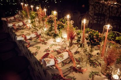 How To Create The Perfect Christmas Table Setting | christmas food | christmas decor | food | drink | table layout | candles | christmas crackers | christmas tree | festive party | dinner party | merry christmas | red holly | table cloth | candlelight.|