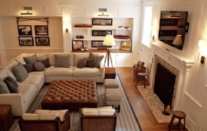 LOVE the ottoman/centerpiece...: Rooms Layout, Idea, Living Rooms, Furniture Arrangements, Ottomans, Fireplace, Cozy Living, Families Rooms, Sectional Sofas