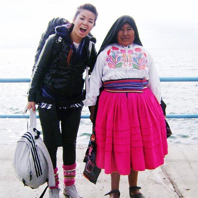 #tbt Año Nuevo de 2014 en la Isla Taquile, Perú 🇵🇪🙌! -  Omg no sabes lo difícil que es caminar con una mochila de 10kg a 4000m de altura. Fatal. Por más duro que haya sido lo volvería a hacer mil veces. -  Te extraño Peruuuuu 😭  -  #iamtb #throwbackthursday #viajera #viajaresvida #machupicchu #islataquile #isladelosuros #vueltaalmundo #travelblogger #nomadas #viajeros #viajerosporelmundo #viajando #memorias #juevesdetbt #juevesdeantaño #recuerdos #quierovolver #vacaciones