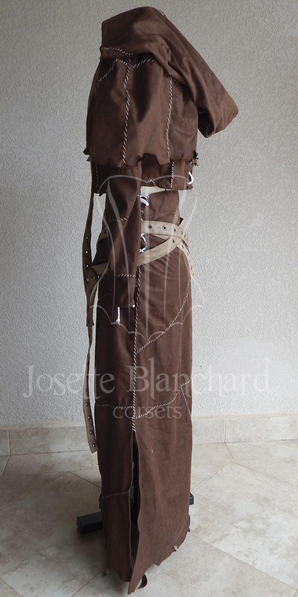 Figurino/fantasia Scarecrow versão feminina em camurça marrom pespontada com linha branca, comporta por saia, blusa, luvas sem mãos, mini capa com capuz e 4 fivelas com ilhós em ouro-velho.  Site: http://www.josetteblanchardcorsets.com/ Facebook: https://www.facebook.com/JosetteBlanchardCorsets/ Email: josetteblanchardcorsets@gmail.com josetteblanchardcorsets@hotmail.com