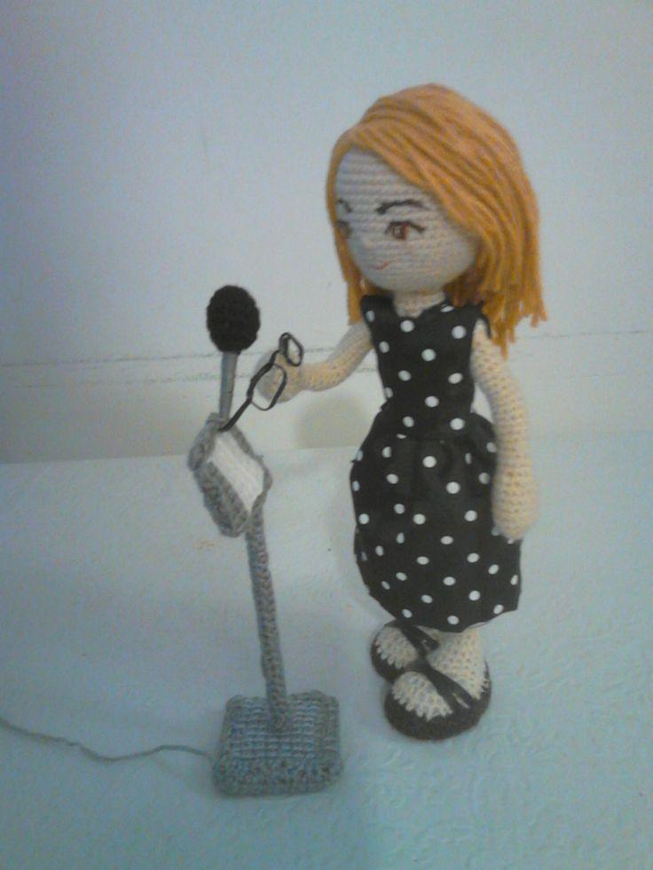 Doll. Muñeca en ganchillo Trabajando en doblaje.