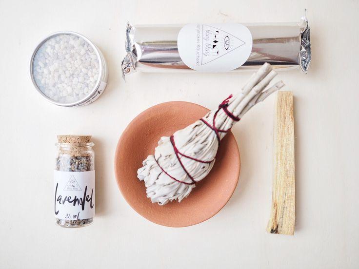 Unser Holy Smokes Räucherkit besteht aus 4 verschiedenen Räucherwaren (Lavendel, Salbei, weihrauch und Palo Santo) und allem, was du für deine ersten Räucherungen benötigst. Happy smudging!