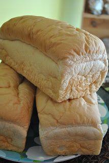 Qui n'a pas déjà salivé à l'odeur d'un pain de ménage fraichement fait??? Et bien vou saliverez avec celui-ci car il est absolument fabuleux...