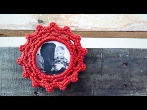 Tutorial de marco para fotos a crochet o ganchillo. Aprende paso a paso a tejer este adorno para tu árbol de Navidad, un portarretratos 100% personalizable! ...
