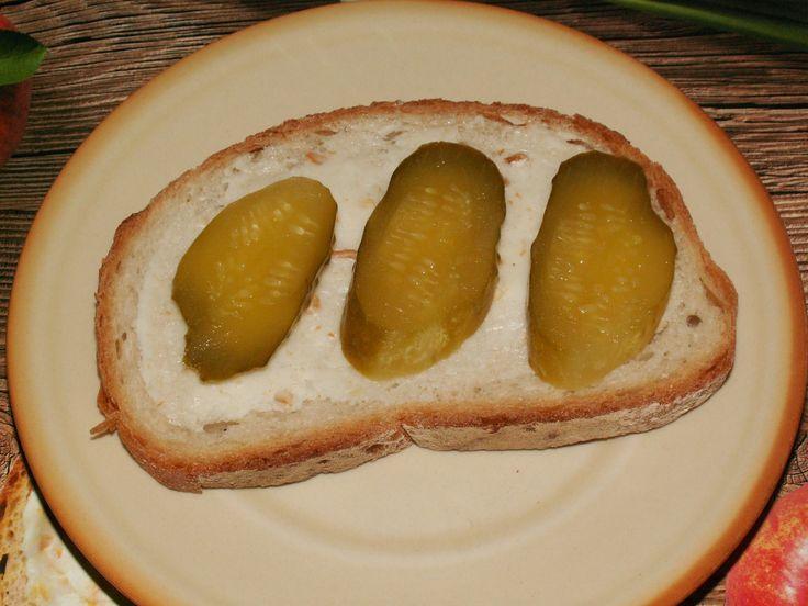 Testowanie zaczynamy tradycyjnie...pajdą chleba ze smalczykiem i ogórkiem. Pycha :)  #SmakowitaPajda #SmalczykRoślinny https://www.facebook.com/photo.php?fbid=1740173076218460&set=o.145945315936&type=3&theater