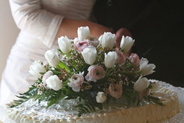 Fresh flowers bouquet on the wedding cake