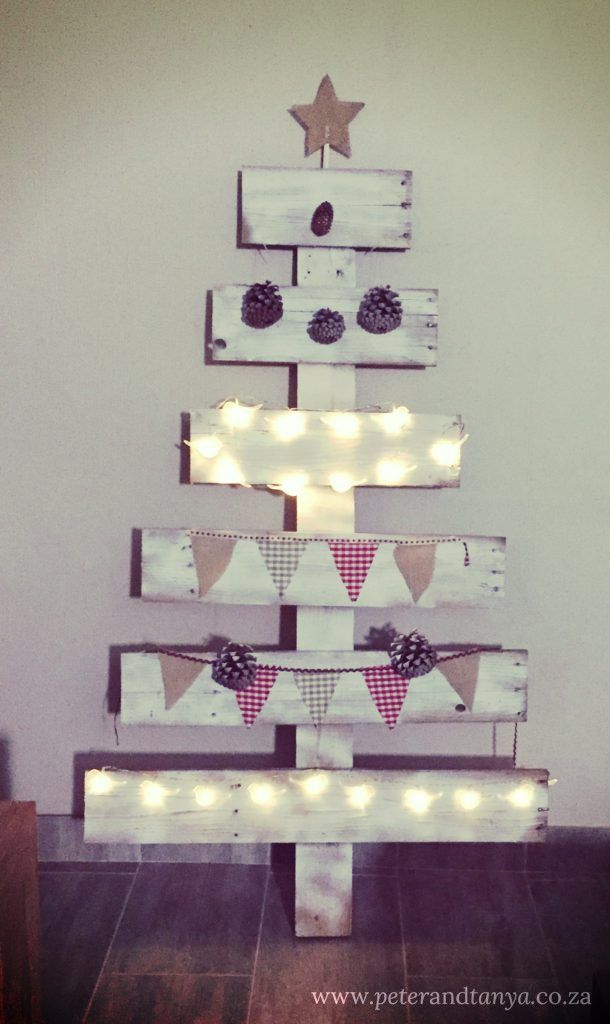 DIY Christmas tree from half a pallet  #palletproject #palletdiy #palletchristmastree #rusticchristmastree