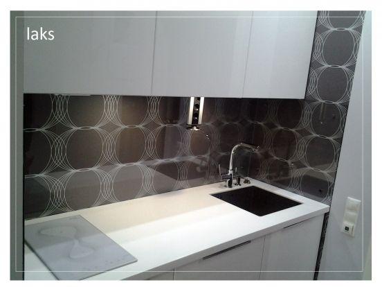 Кухонная часть нашей гостиной.\n\nФасады фактум белый глянец. Духовка+микроволновка - Икеа НУТИД; дозатор для моющего средства Икеа; фартук обои + ...