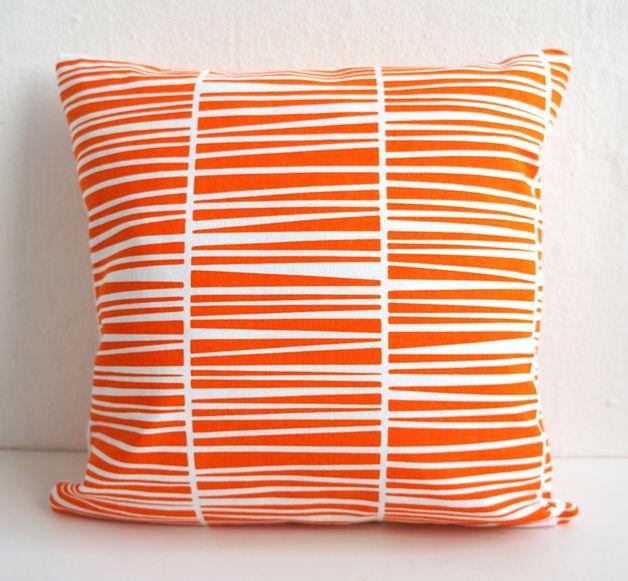 Kissen - Handbedrucktes Kissen Orange/Weiß Bio-Baumwolle - ein Designerstück von laKattun bei DaWanda