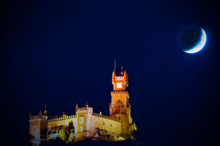Moon over the Palace by Rui Antunes on 500px