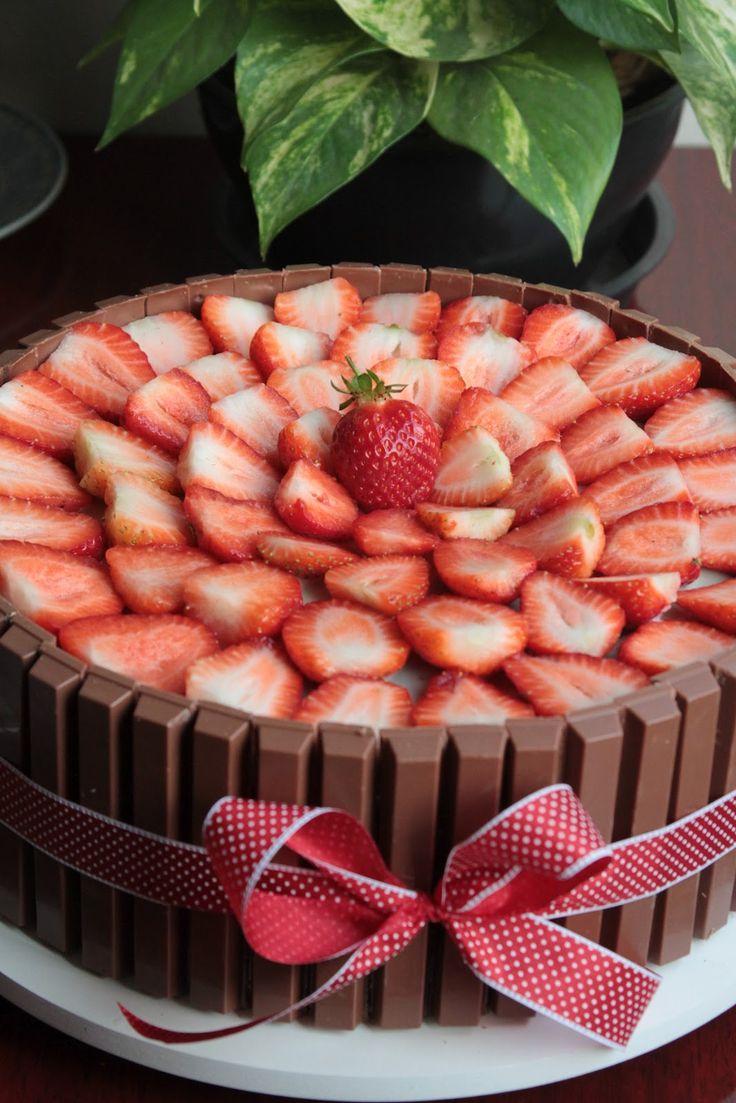 Bolo Kit Kat com cobertura de morangos feito pela Nena Chocolates. Yes, please!