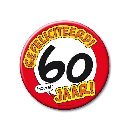 XXL verjaardags button 60 jaar. Extra grote button met daarop een afbeelding van een stopbord en de tekst: Gefeliciteerd! 60 jaar! Formaat: ongeveer 10 cm.
