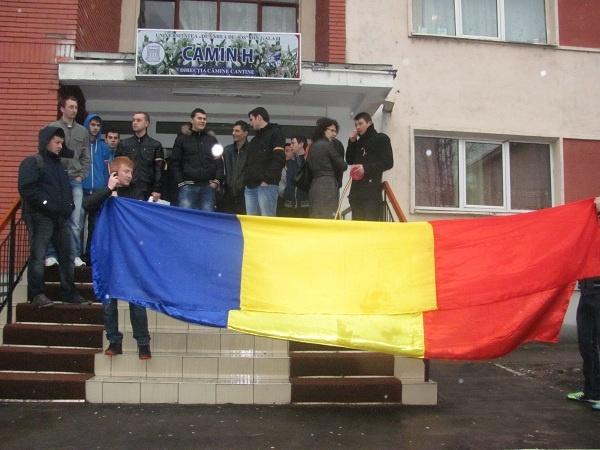 Solidaritate fără margini în mai multe orașe din țară pentru eleva din Covasna care a fost amenințată cu moartea doar pentru că a purtat o bentiță tricolor la ore, chiar de ziua Ungariei, pe 15 martie.    Câteva zeci de studenţi din Galați au organizat un miting pentru a o susţine pe Sabina Elena. Tinerii și-au dat întâlnire în fața căminelor studențești și înarmați cu steaguri, bentițe și banderole tricolore, au mărșăluit pe strada Domnească.
