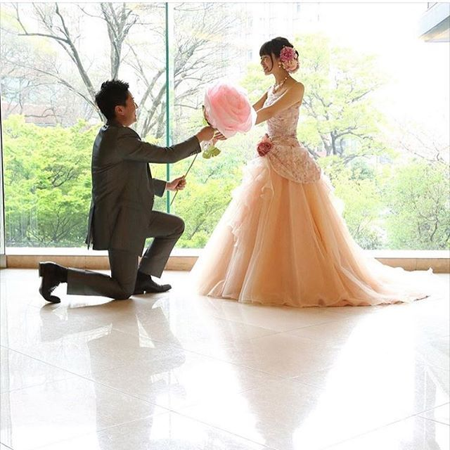 第1回花嫁会に参加いただいた @na_49_wd  ちゃんのウェディングフォト❤️ . このポーズ、皆様にも是非撮ってほしい❤️❤️ . #スージーのジャイアントフラワー花嫁 にてジャイアントフラワーのお写真を見れますー❤️ . #ジャイアントフラワー#ジャンボフラワー#ビッグフラワー#ジャイアントペーパーフラワー#前撮り#結婚式#結婚式準備#結婚式準備中#プレ花嫁#フォトブース#2016春婚#2016swd#2016夏婚 #2016秋婚#花嫁会#海外挙式#ハワイ挙式#リゾ婚#椿山荘#スージーのジャイアントフラワー花嫁#プロポーズ#カラードレス#ウェディングドレス#ウェディングブーケ#ブーケ