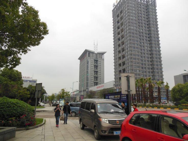 """Офисные здания около оптового рынка """"Футьен"""" в Иу, Китай"""