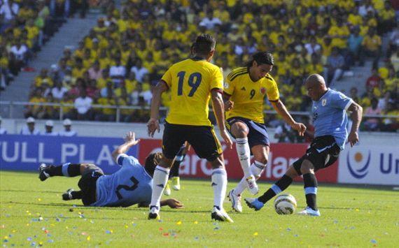 Momento épico en donde Radamel Falcao le hace un caño a Egidio Arevalo Ríos, segundos antes le habia hecho otro caño a Diego Lugano (#2 que esta en el piso), en ese partido dispitado en el Estadio Metropolitano de Barranquilla Colombia goleó 4x0 a Uruguay.